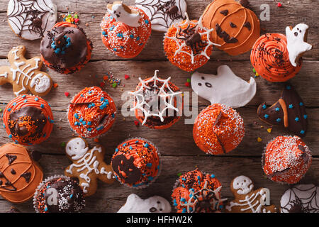 Halloween Cupcakes und Lebkuchen auf dem Tisch. horizontale Ansicht von oben - Stockfoto