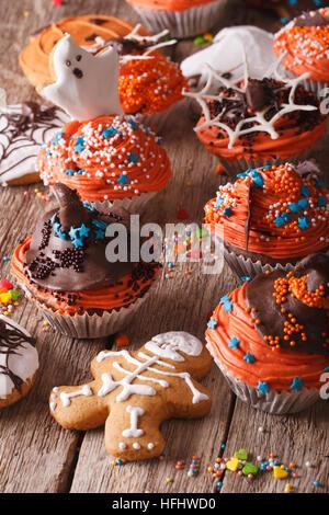 Festliche Halloween Muffins und Cookies Lebkuchen close-up auf dem Tisch. vertikale - Stockfoto