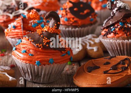 Festliche Halloween Cupcakes mit Schokolade Hexen Hut close-up auf dem Tisch. horizontale - Stockfoto