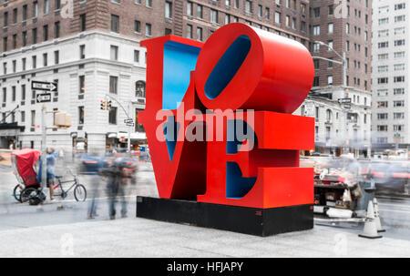 Langzeitbelichtung Schuss der legendären Liebe Pop-Art Skulptur vom Künstler Robert Indiana in New York City - Stockfoto