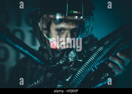 Fantasy und Science Fiction-Szene, Raum Mensch mit metallischen Helm und Laser beam Waffe - Stockfoto