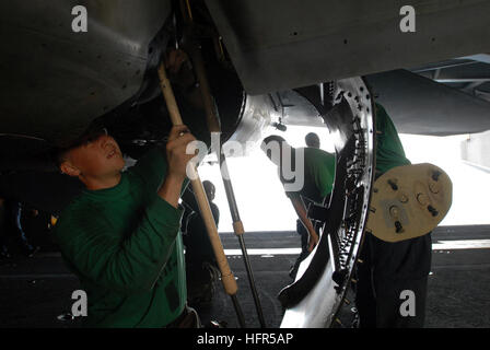 081013-N-4995K-057 Golf von OMAN (13. Oktober 2008) Luftfahrt strukturelle Mechaniker (Ausrüstung) 2. Klasse Michael - Stockfoto