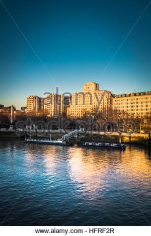 Ein am frühen Morgen Blick auf Shell Mex Haus von Waterloo Bridge - Stockfoto