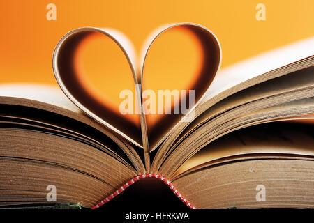 Buch, Seiten, die so geformt, dass ein Herz bilden eröffnet - Stockfoto