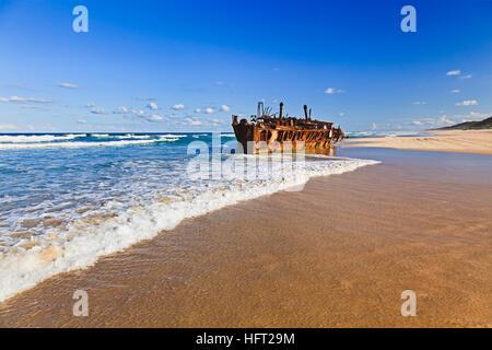 Historis SS Maheno Schiffswrack auf Fraser Island Sandstrand Rost unten an einem sonnigen Sommertag. - Stockfoto