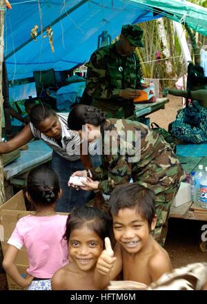 070416-N-4790M-119 TITIANA, Salomon-Inseln (16. April 2007) - Lt. CMdR Eilene Herrera und Lt CMdR Karlwin Matthews - Stockfoto