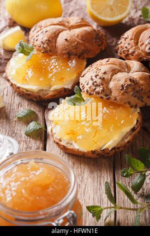 Süße Brötchen mit Zitrone Marmelade und Butter auf den Tisch-Makro. vertikale - Stockfoto