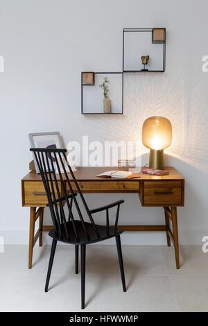 ... Schreibtisch Im Modernen Studie Mit Stilvollen Mitte Jahrhundert  Stilmöbel   Stockfoto