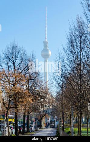 Blick auf den Fernsehturm (Fernsehen Fernsehturm) entlang der Oranienburger Straße mit Monbijoupark auf der rechten - Stockfoto