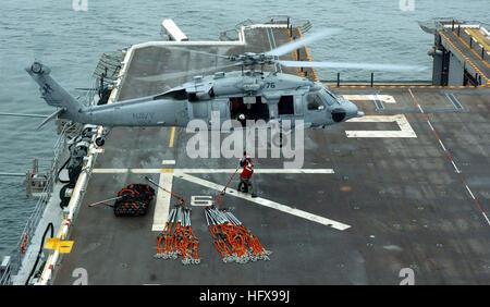 050719-N-9866B-001-Pazifik (19. Juli 2005) – zwei Matrosen, amphibischer Angriff Schiff USS Peleliu (LHA-5) zugewiesen - Stockfoto