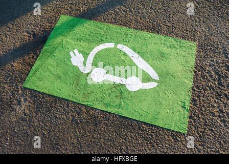 Elektro-Auto aufladen Symbol auf den Boden gemalt Stockfoto, Bild ...