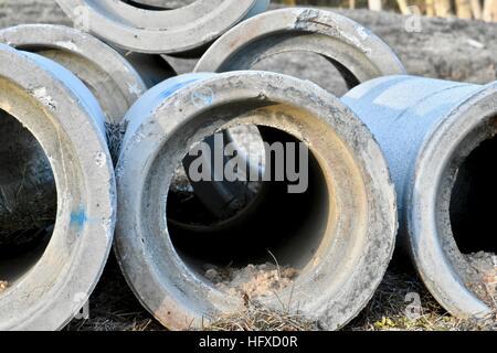 Großen Betonrohre in Durchlässe und Entwässerung Wasserflächen verwendet fr u verwenden - Stockfoto