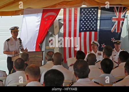 110630-N-TY225-007 PORT DJIBOUI, Dschibuti (30. Juni 2011) Republik der Singapur Marine Rear Admiral Harris Chan, - Stockfoto