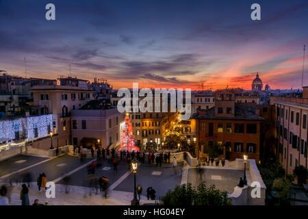 Blick von der spanischen Treppe in Rom, Italien in der Abenddämmerung. - Stockfoto