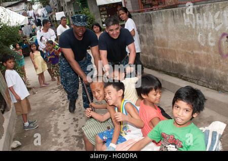 120201-N-OH194-080 MANILA, Philippinen (1. Februar 2012) Feuer Controlman 2. Klasse Kwasi Smith und Chief Hospital - Stockfoto