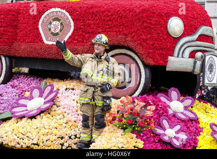 Los Angeles, Kalifornien, USA. 2. Januar 2017. Die Blume fallen hin-und Herbewegungen und marching Band März entlang - Stockfoto