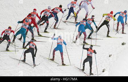 Oberstdorf, Deutschland. 4. Januar 2017. Cross-Country Skifahrer ski während das Männerrennen Verfolgung während - Stockfoto