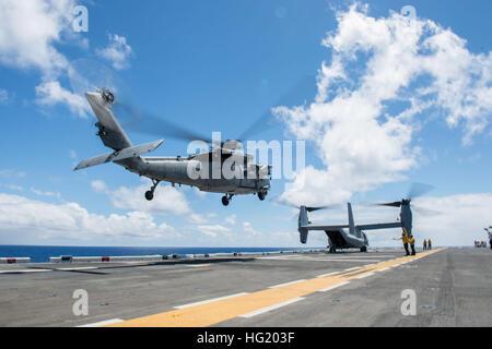 140621-N-LR795-086 Pazifik (21. Juni 2014) – ein MH-60 Seahawk Hubschrauber, zugewiesen, Hubschrauber Meer bekämpfen - Stockfoto