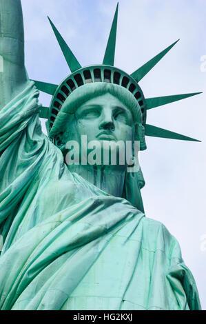 Vorderen niedrigen Winkel Ansicht der Freiheitsstatue in New York, NY, USA. - Stockfoto