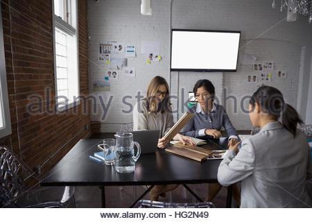 Designerinnen treffen Wald Farbfelder im Konferenzraum anzeigen - Stockfoto