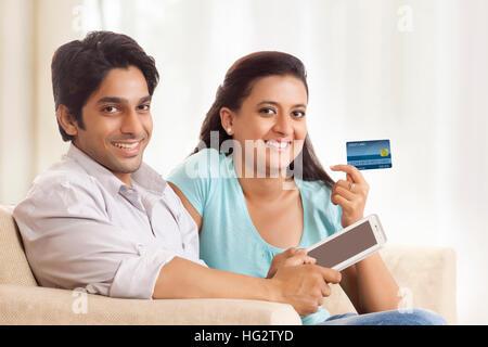 Glückliches Paar Online Einkaufen mit mobilen. - Stockfoto