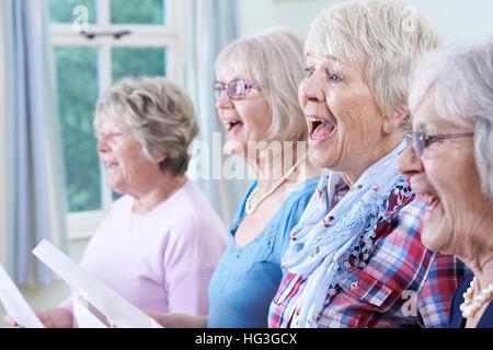 Gruppe von Frauen in Führungspositionen im Chor singen - Stockfoto