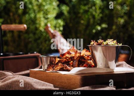 Köstliche Gerichte im Restaurant im Freien stehen