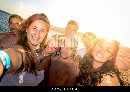 Freundeskreis glücklich Teenager am Strand ein Selbstporträt - Stockfoto