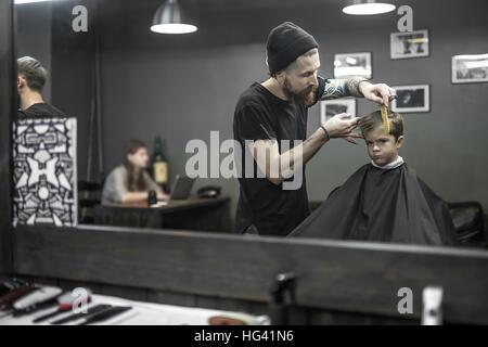Haarschnitt der kleine Junge im barbershop - Stockfoto