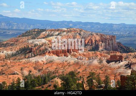Hügel mit Sandrock Formationen im Bryce Canyon mit Tal im Hintergrund - Stockfoto
