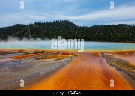 Berühmte Trail Grand Prismatic Springs im Yellowstone-Nationalpark. Schöne heiße Quellen mit lebendigen Farben in - Stockfoto