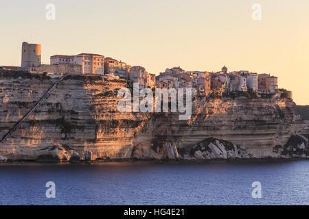 Alte Zitadelle im Morgengrauen, in den frühen Morgenstunden Licht, gesehen aus dem Meer, Bonifacio, Korsika, Frankreich, - Stockfoto