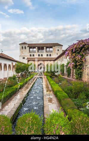 Garten-Landschaft mit Brunnen im Palast des Generalife, Alhambra in Granada, Andalusien, Spanien - Stockfoto
