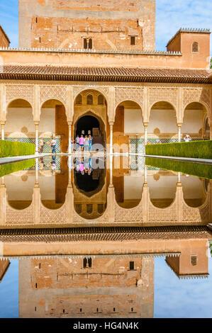 Patio de Los Arrayanes, Hof des Myrthen und Reflexion im Pool, Innercourt der Nasriden Palast, Torre Comares, Alhambra, - Stockfoto