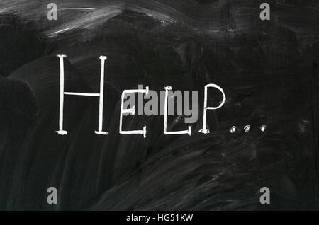 Hilfe Wort handschriftlich mit weißer Kreide auf einer Tafel - Stockfoto