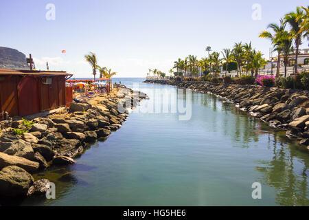 Die Estury eines kleinen Flusses in einer Ferienanlage namens Puerto de Mogan auf Gran Canaria - Stockfoto