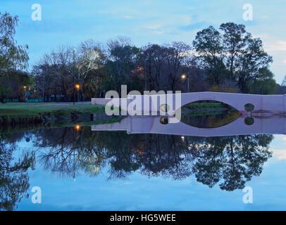 Argentinien, Provinz Buenos Aires, San Antonio de Areco, Twilight Ansicht des Flusses Areco und der alten Brücke. - Stockfoto