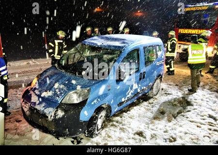 Oberstdorf, Deutschland. 4. Januar 2017. Feuerwehrleute stehen mit dem wiederhergestellten Auto nach einem Verkehrsunfall - Stockfoto