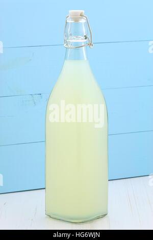 sehr lecker und nahrhaft, Bio Limonade auf Vintage Flasche und Glas - Stockfoto