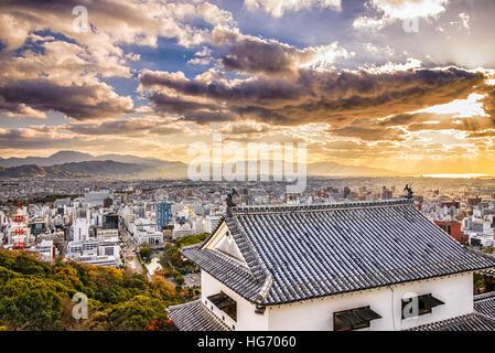 Matsuyama, Japan Skyline von der Burg gesehen. - Stockfoto