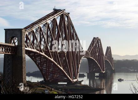 Die Forth Rail Bridge gesehen vom Dorf von North Queensferry Blick nach Süden über den Firth of Forth. - Stockfoto