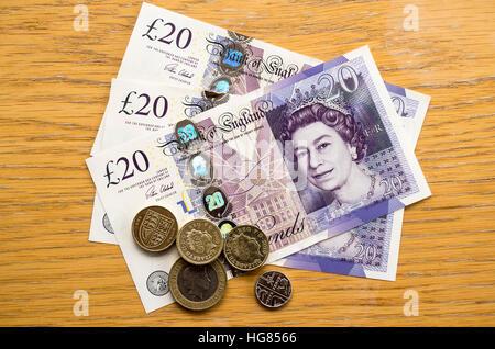 UK britische Banknoten und Münzen auf dem Tisch - Stockfoto