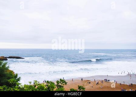 Erhöhte Ansicht von Menschen am Ufer am Strand genießen - Stockfoto
