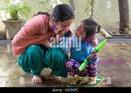 Mutter und Tochter feiern Holi, das Fest der Farben. - Stockfoto