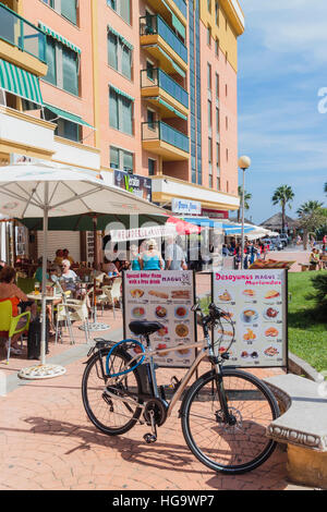 Torremolinos, Costa Del Sol, Provinz Malaga, Andalusien, Spanien.  Restaurant das Leben im Bereich Bajondillo. - Stockfoto