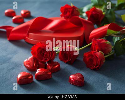 Jede Menge rote Rosen und Feld mit roten Herzen. Valentinstag-Konzept - Stockfoto