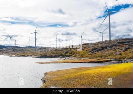 Windenergieanlagen bei Wind angetrieben erneuerbare Energien Produktionsstätte in kargen Landschaft Nord-Norwegens - Stockfoto