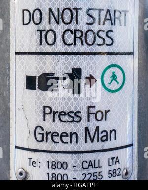 Singapur Fußgängerüberweg Verordnung: Drücken Sie die Taste für Grüner Mann - Stockfoto