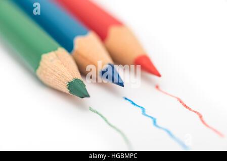 Färben Bleistifte. Rot, grün und blau färben isoliert auf einem weißen Blatt Papier mit Linien gezeichnet durch - Stockfoto