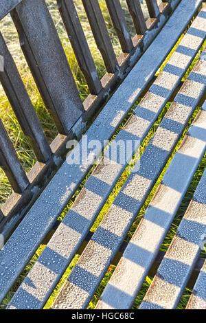 Detail der frostigen Gartenbank im Herbst Parklandschaft - Stockfoto